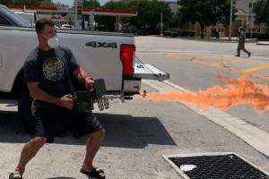 Андрей Орловский испытал огнемет на одной из улиц США