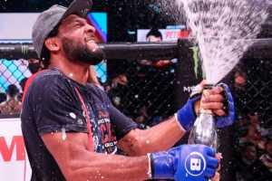 Эй Джей МакКи завоевал титул чемпиона Bellator в полулегком весе